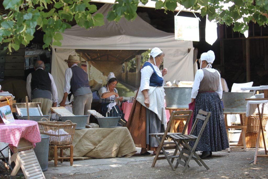 démonstration de lavage et repassage à l'ancienne - Plaisians Pistou 2016